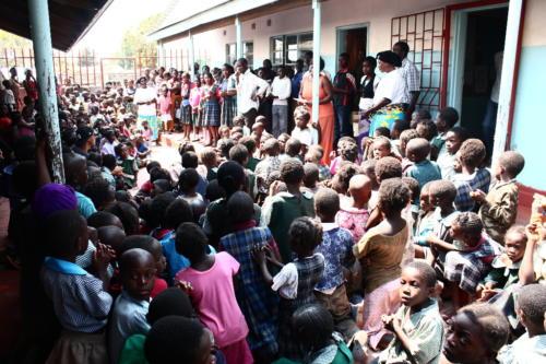 i bambini della missione con i cappellini regalati dall'oratorio san pio x